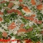 Pizza cu rucola si somon fume