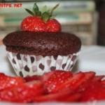Brioșe cu ciocolată neagră și căpșune
